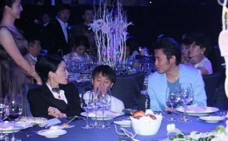 Faye and Wu Xiubo chatting at the 2012 Smile Angel Foundation dinner.